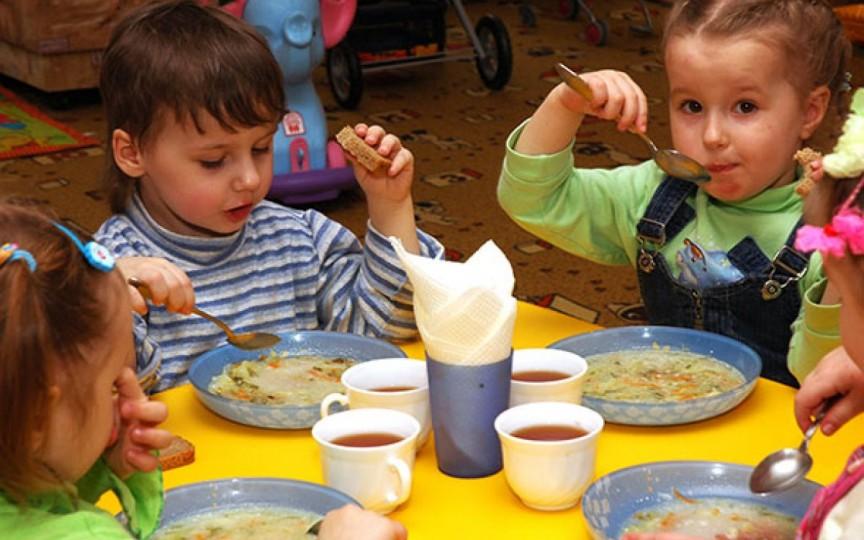 Părinții luptă pentru o alimentație sănătoasă în grădinițe: copiii mănâncă terci de 3 ori pe zi