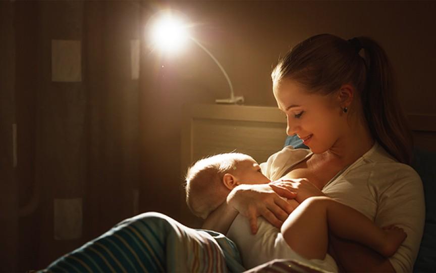 Motivele de ce copilul se trezește noaptea ca să-l alăptezi