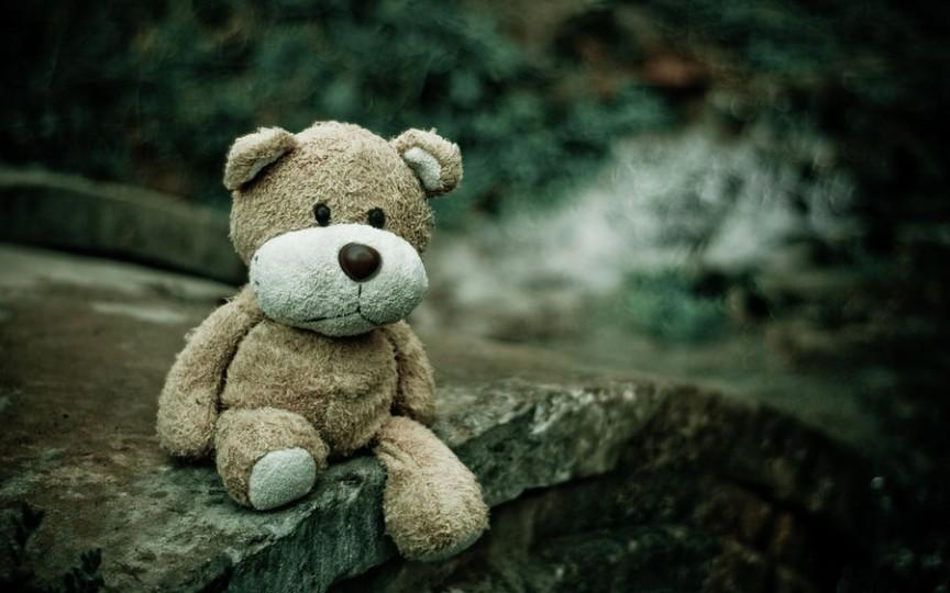 Fetiță de 3 ani decedată după ce mama a lăsat-o singură aproape o săptămână în apartament