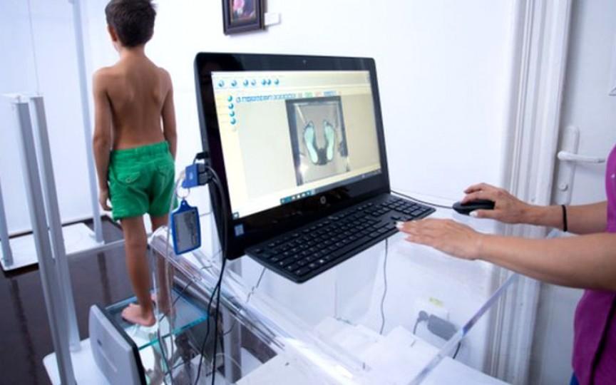 Cifoza și lordoza la copii, agravate de orele online ținute în pandemie