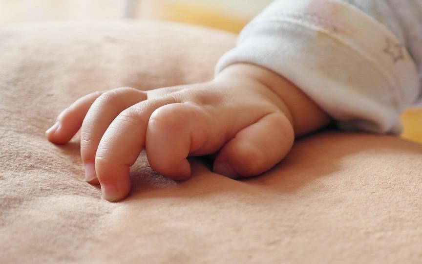 Un copil de 10 luni a decedat după ce a fost lăsat singur în mașină