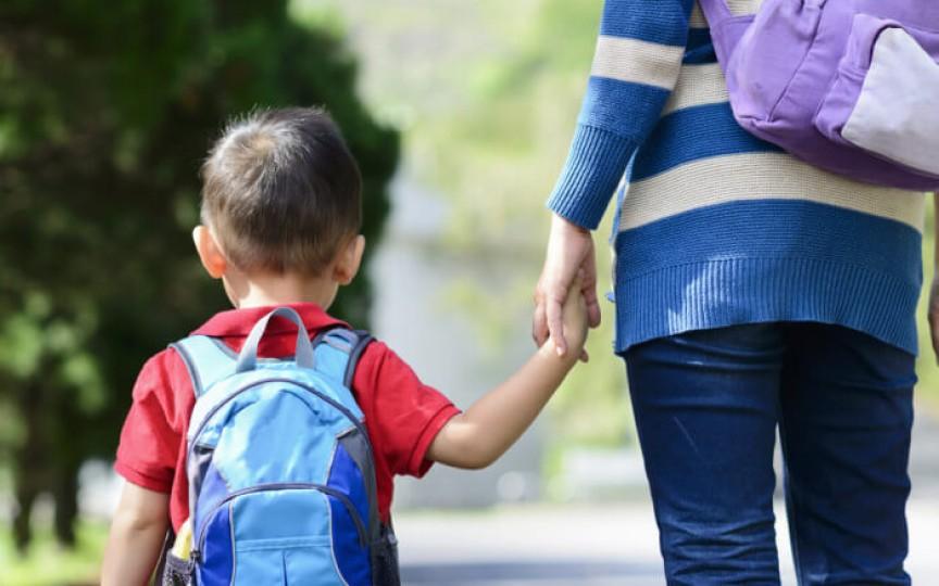 Întrebări pe care să le pui copilului când vine de la școală
