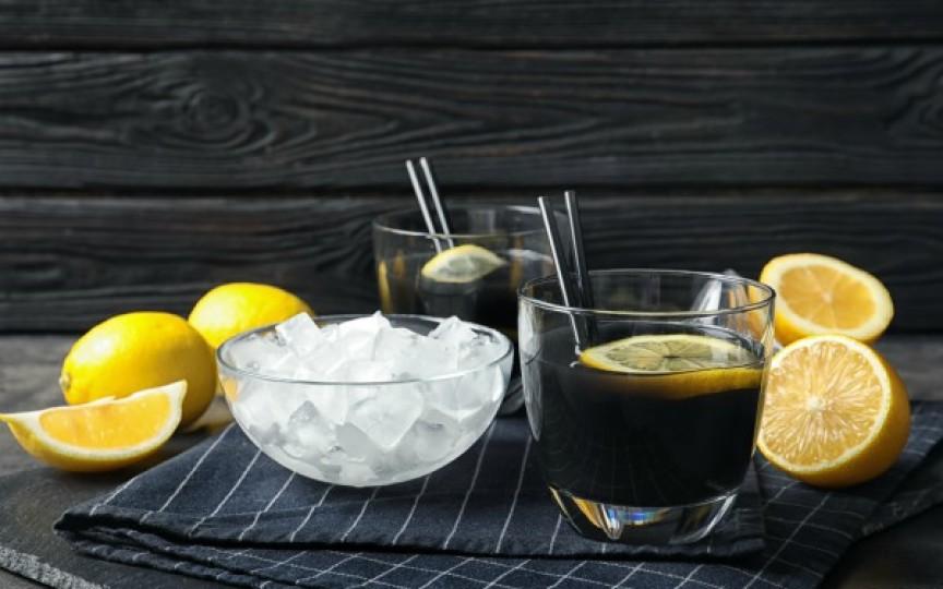 Ați știut de limonada neagră? Beneficiile limonadei cu cărbune medicinal