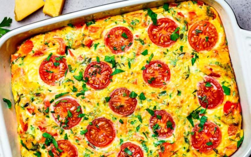Omletă la cuptor cu legume, șuncă și brânză – un preparat sănătos și ușor de gătit