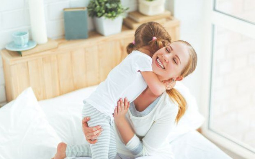 Psihoterapeut: Un copil are nevoie de 12 îmbrățișări pe zi