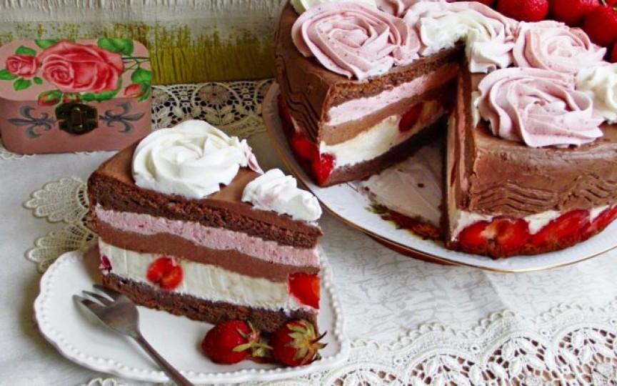 Tort cu cremă de ciocolată și căpșuni