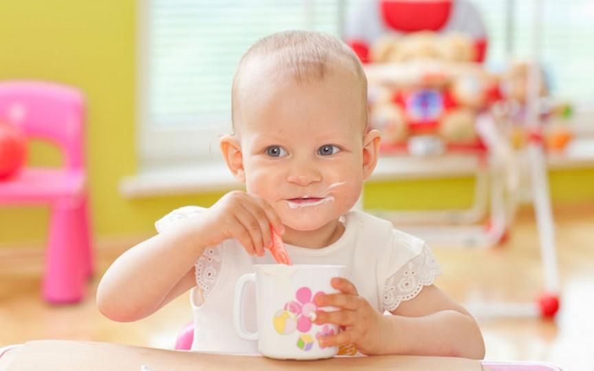 Vârsta la care copiii ar trebui să mănânce singuri