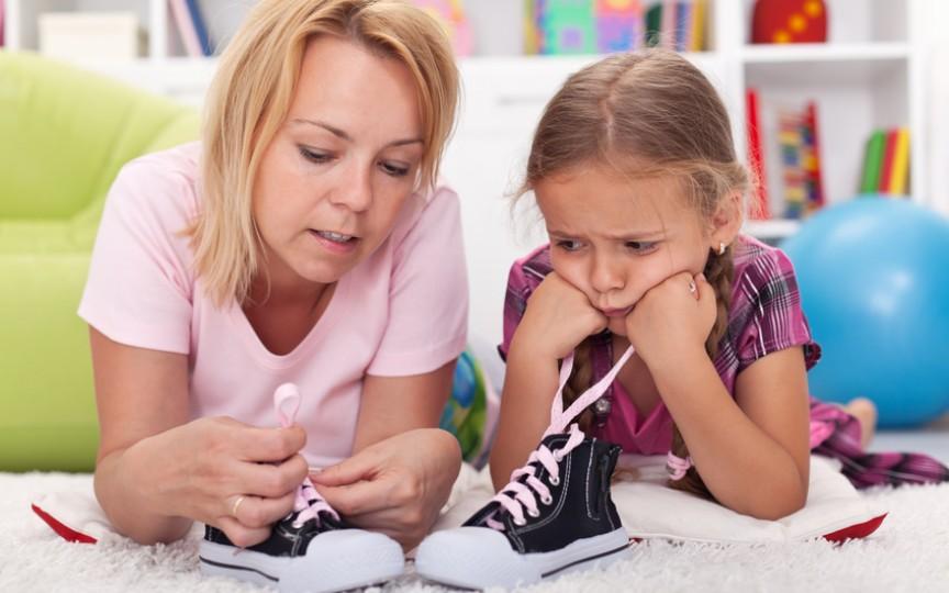 Cum îi înveți pe copii să-și lege șireturile (VIDEO)