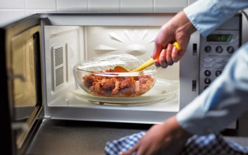 Vasele din plastic puse în cuptorul cu microunde - un pericol pentru copii