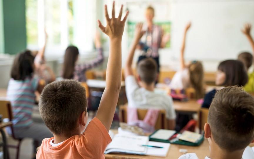 Studiu: Elevii lăudați se concentrează mai bine la ore decât cei care sunt criticați