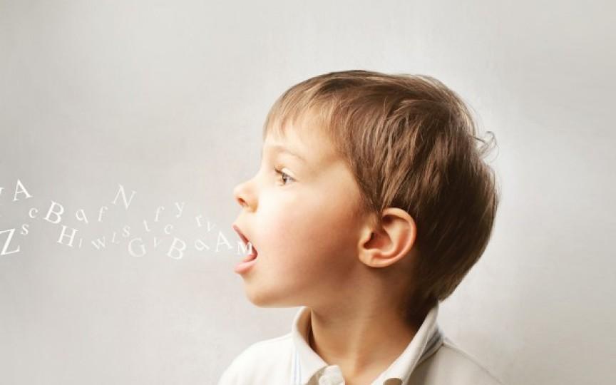 Cum poți ajuta copilul de 2 ani să-și dezvolte limbajul. Sfaturi utile