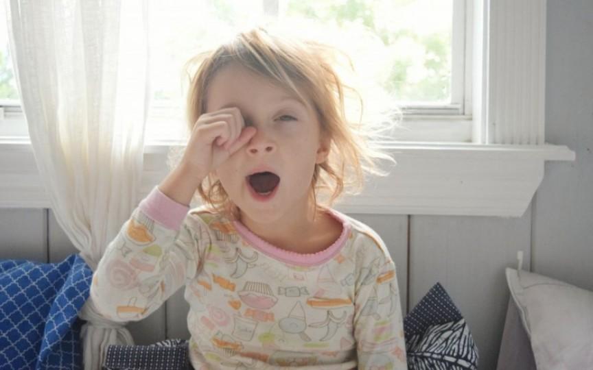 Copilul tău se trezește prea devreme? Iată ce trebuie să faci