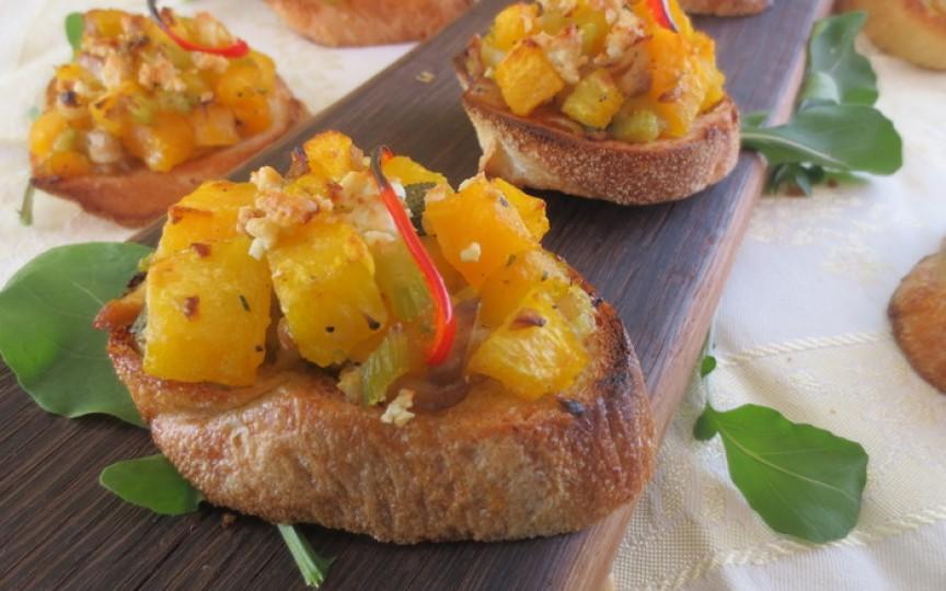 Aperitive pentru zile reci, foarte ușor de gătit - bruschetta cu dovleac şi brânză