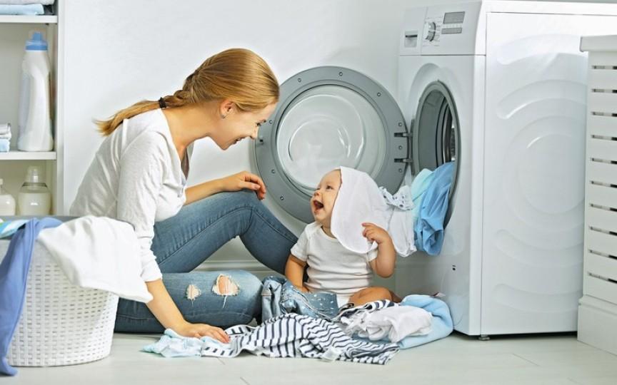 Stai doar în casă cu un copil mic? Iată 3 sfaturi ca să evitaţi accidentele!