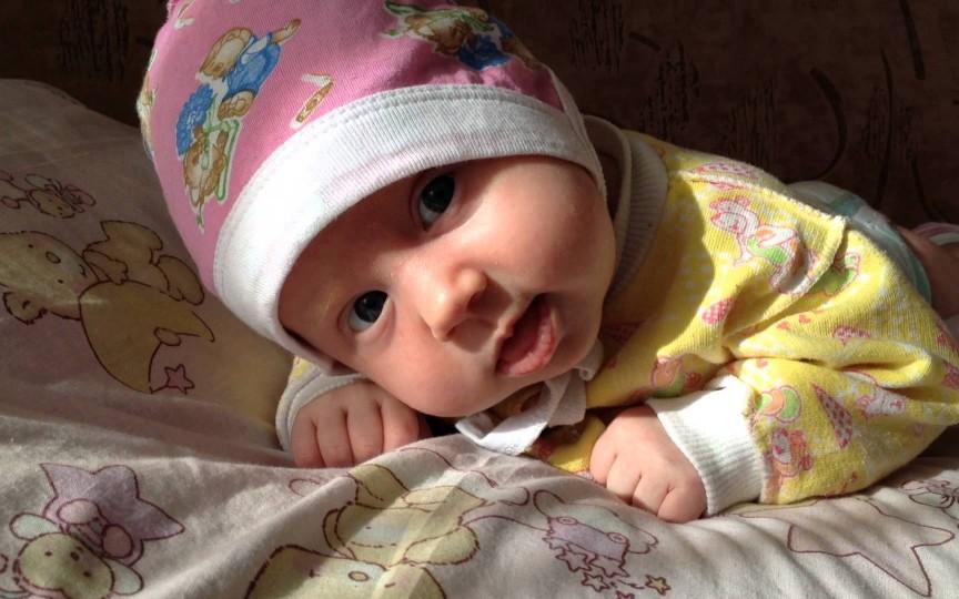 Purtarea căciuliței în casă – inutilă pentru un copil sănătos