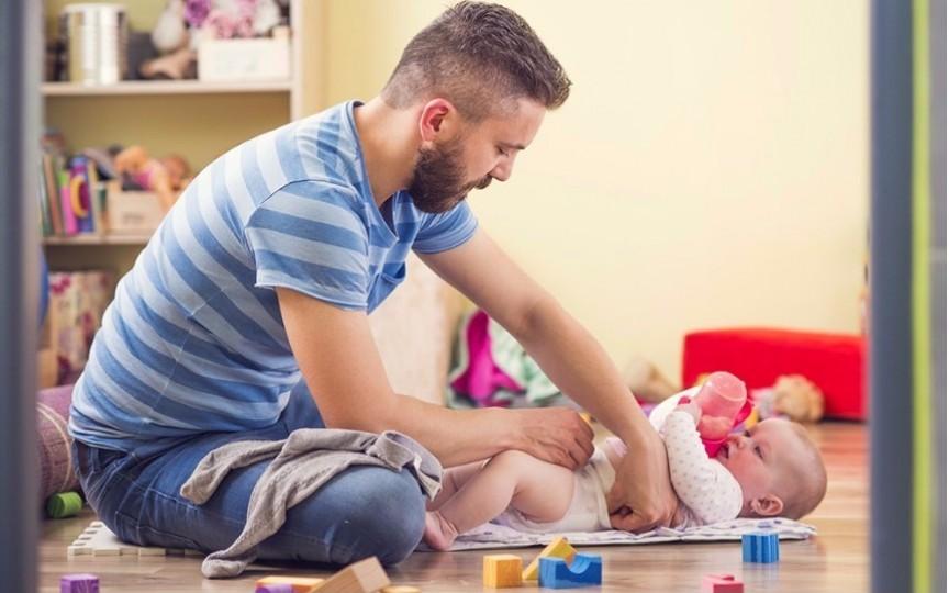 În ce condiții se acordă indemnizația paternală la nașterea copilului