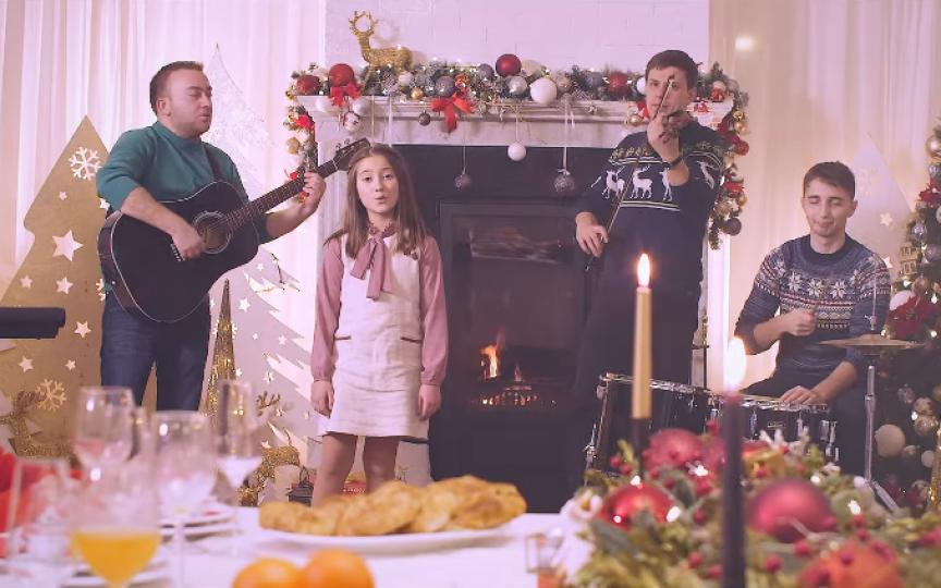 (VIDEO) Un dar de sărbători de la interpreții Costi Burlacu și Corina Țepeș, și fiica lor Smaranda