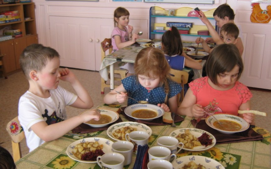 Salarii majorate pentru bucătari și înăsprirea amenzilor. Vezi măsurile Guvernului pentru alimentația copiilor în grădinițe!