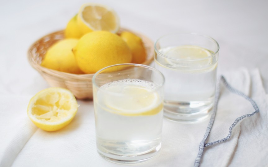5 MOTIVE ca să bei APĂ caldă dimineaţa