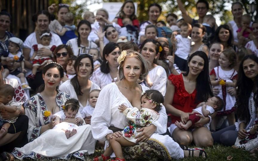 Zeci de mame îmbrăcate în port tradiţional şi-au alăptat copiii sincron (FOTO)