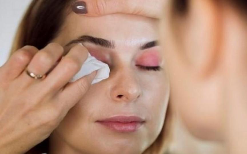 Expert în cosmetică: Demachierea tenului cu șervețele umede este similară cu spălarea hainelor fără clătire