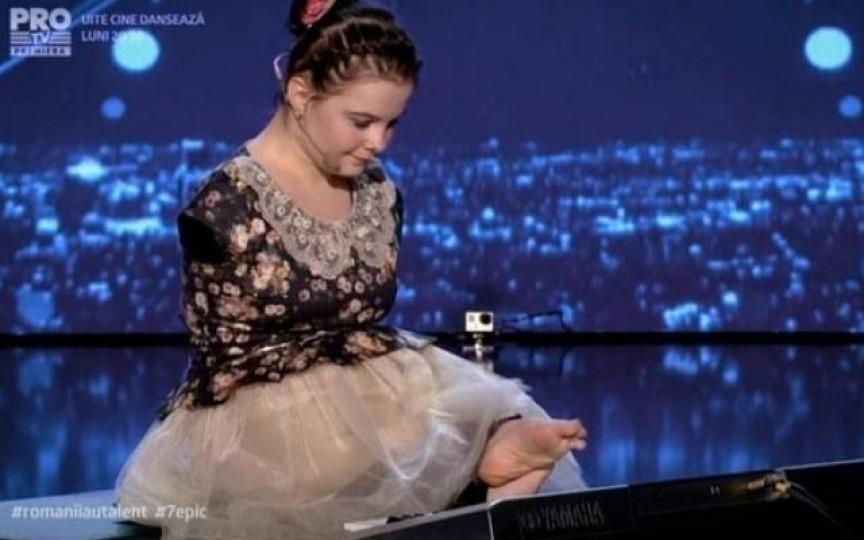 """Moment de excepție la """"Românii au talent"""", o tânăra fără mâini a cântat la pian cu degetele de la picioare"""