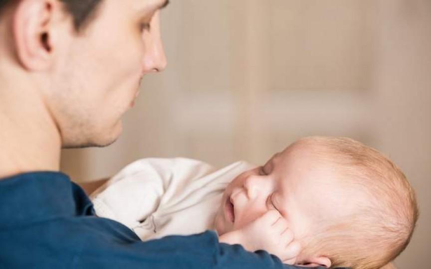 Familii care sparg stereotipuri: ea a revenit la job, el a rămas cu un bebe de două săptămâni acasă