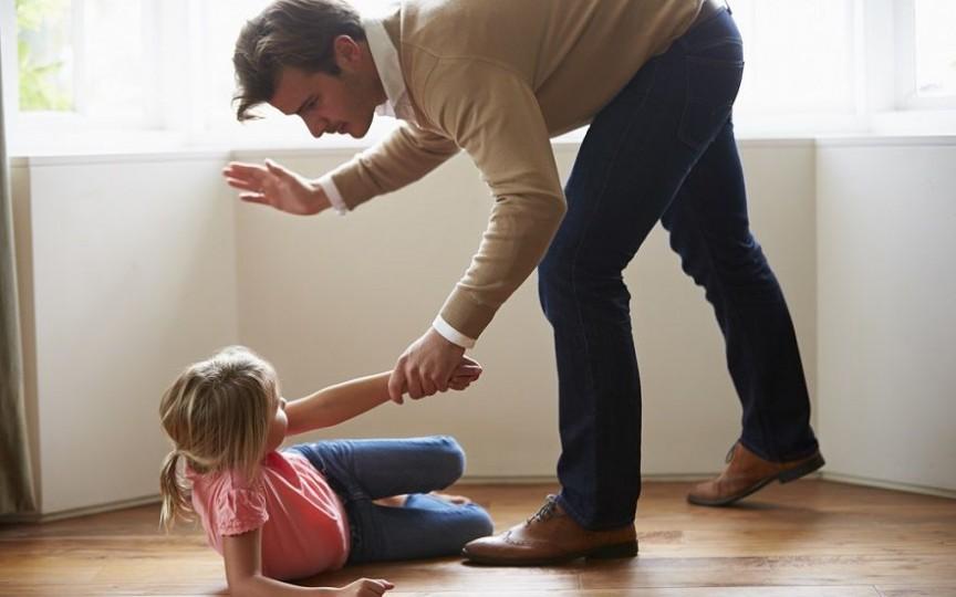 Psihoterapeut: Cu cât copiii primesc mai des palme la fund, cu atât mai mare este tendința lor de a-și sfida părinții
