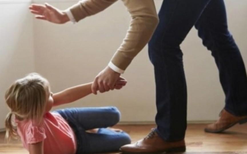 Cercetare: 1 din 10 părinți nu și-ar lovi niciodată copilul și fiecare al doilea e de părere că bătaia e spre binele copilului