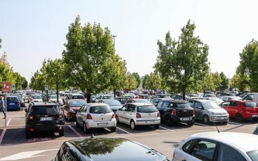 O moldoveancă și-a lăsat 3 copii, unul de doar 6 luni, încuiați în mașină și a plecat la cumpărături