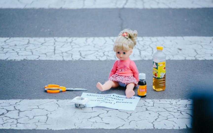 Părinții au manifestat la Ministerul Educației prezentând care sunt pericolele vacanței în grădinițe