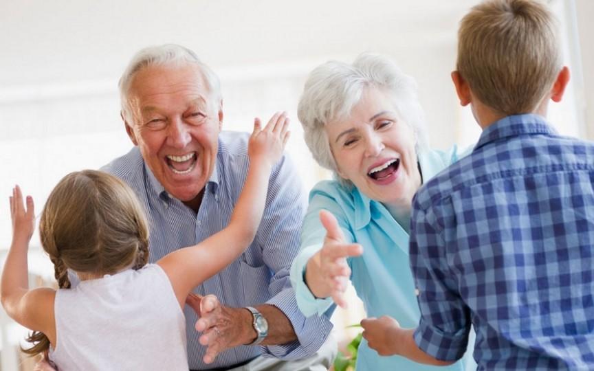 Demonstrat: Bunicii care au grijă de nepoți trăiesc mai mult