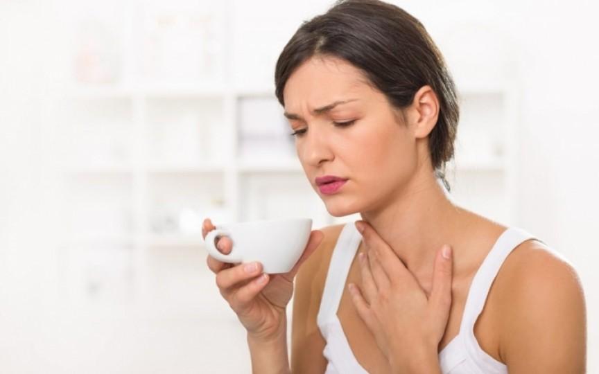 Remedii naturale contra durerilor de gât, printre care usturoiul şi ghimbirul