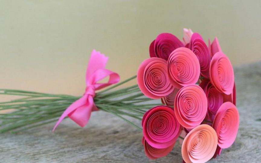 Confecționăm roze pentru 8 martie
