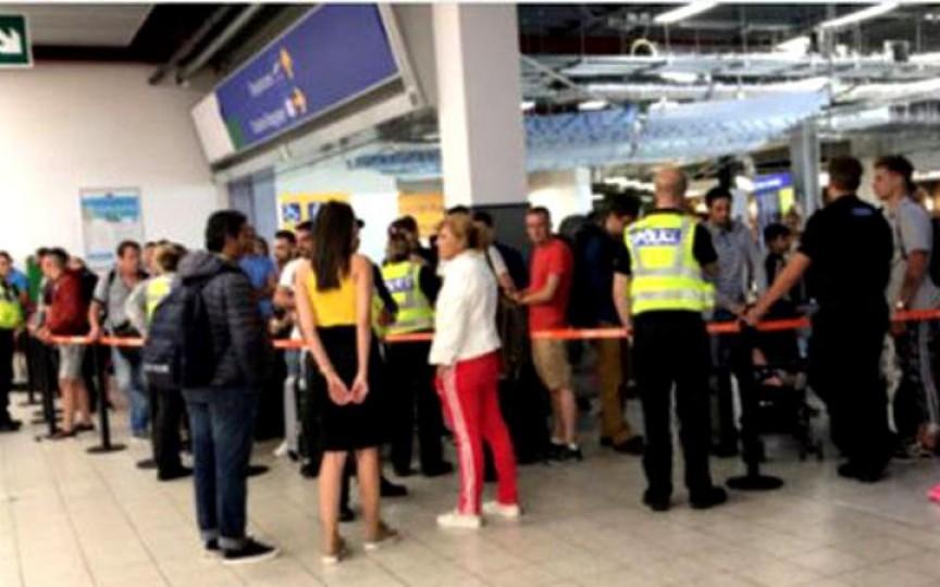 """Zeci de moldoveni, blocați pe aeroport în Londra după ce zborul le-a fost anulat. """"Stau cu doi copii care îngheață"""""""