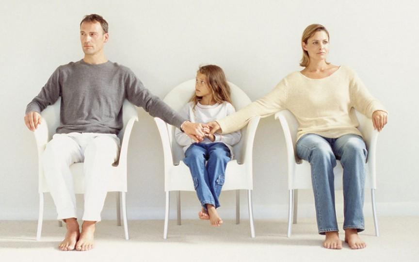 Cum îl afectează pe copil divorţul părinţilor? Ce să-i spunem despre separare?