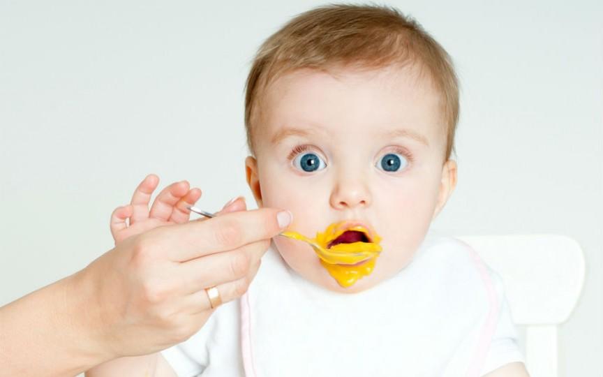 O mamă susține că copilul i-a fost afectat de trecerea prea devreme la diversificare și face apel la alții să nu-i repete greșeala