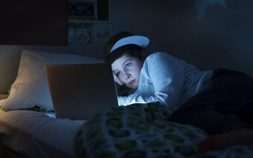 STUDIU: Copiii care se culcă târziu au risc sporit să devină mai grași