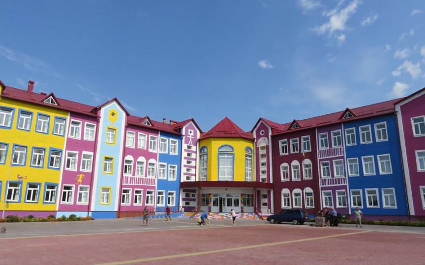 O școală din Ucraina te va uimi prin culorile sale dar și metodologia nouă de predare