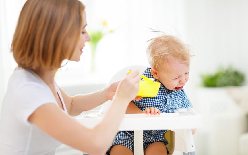 Consilier în alăptare: Copiii nu scuipă mâncarea din gură pentru că sunt mofturoși