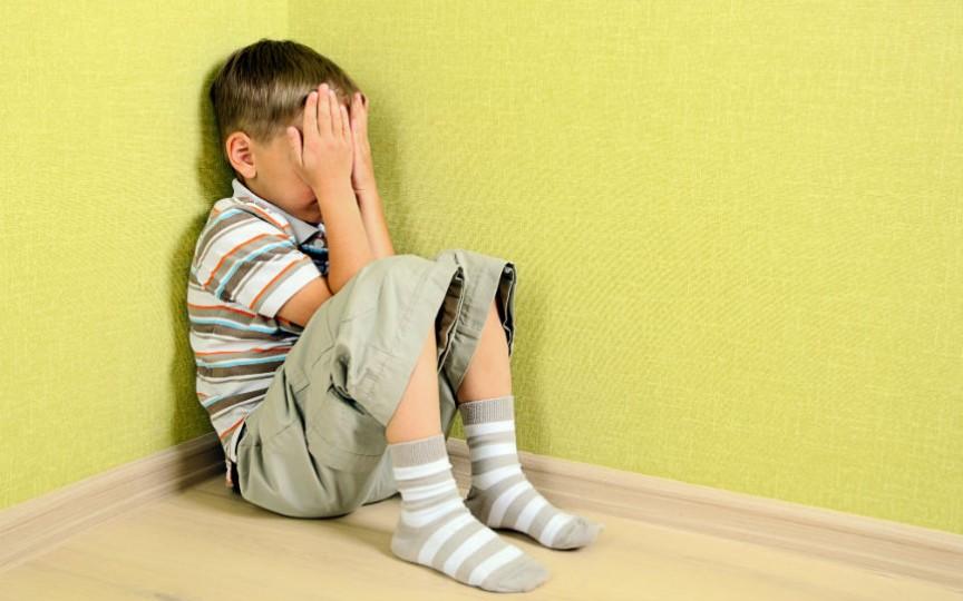 Un copil din Bălți a fost tuns forțat de un antreprenor care i-a scris pe frunte că e hoț