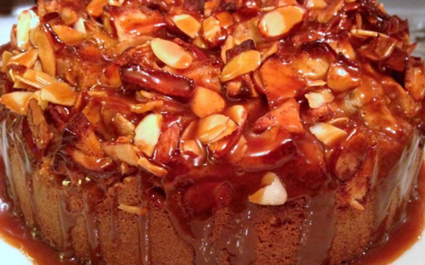 Prăjitură cu mere, nuci, fulgi de migdale şi topping de caramel