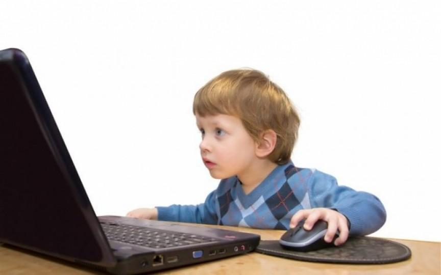 Oful unei mame: Nu năuciți copiii și părinții cu orele astea online!
