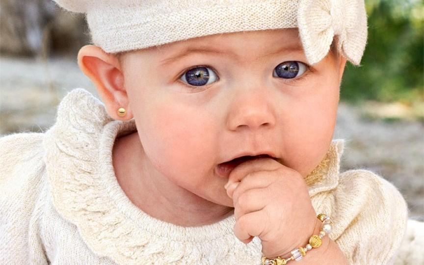Găurirea urechilor la bebeluşi poate fi interzisă în Marea Britanie