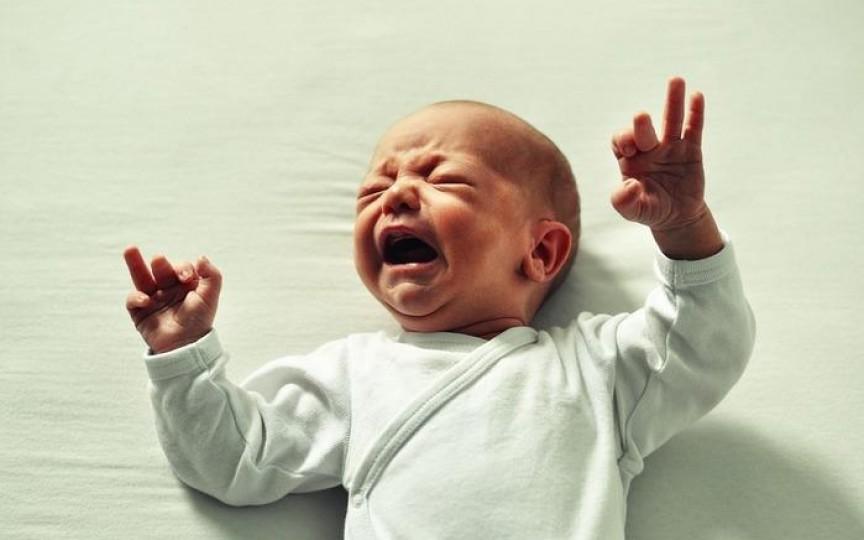 Bebeluș agitat în somn – cauze și soluții
