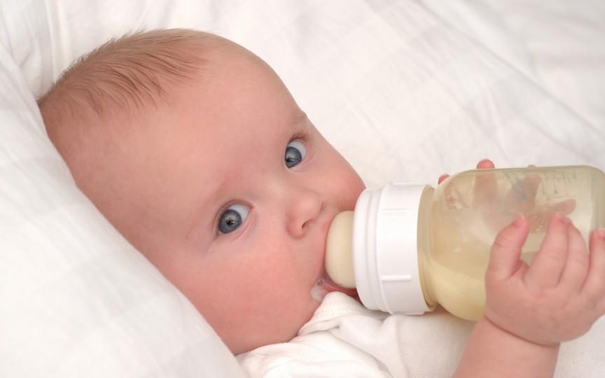 Medic: Laptele de vacă se dă copilului de peste un an, iar cel de capră – după doi ani