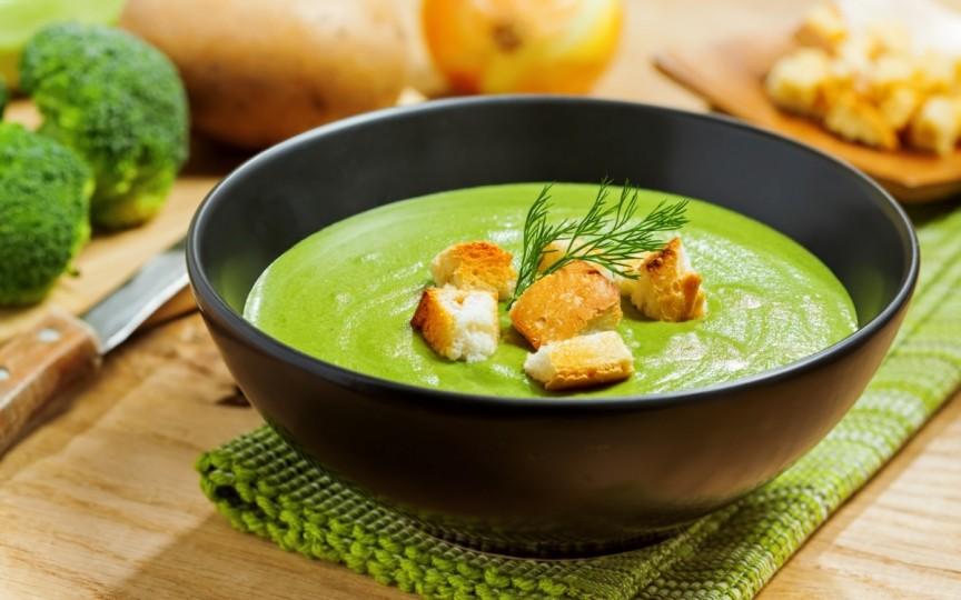 Supă-cremă de broccoli, rețetă rapidă și sănătoasă