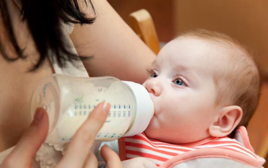 Medic pediatru despre laptele de vacă în alimentația copilului: Este bogat în grăsimi nesănătoase și poate produce constipație