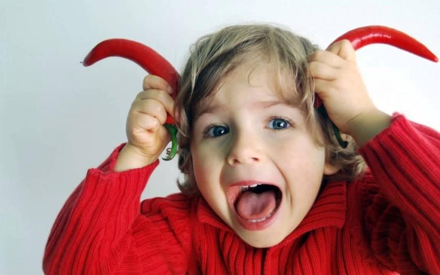 Un copil fericit țipă, aleargă, sare, râde tare și face prostioare, chiar dacă asta deranjează