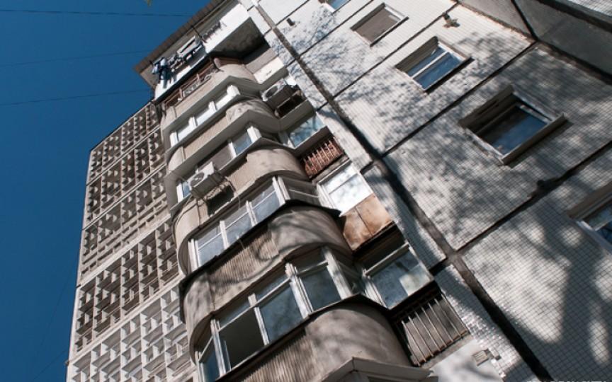 Un copil de trei anișori s-a prăbușit în gol de la etajul patru în capitală